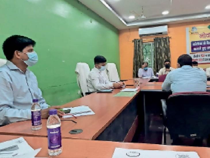 विकास कार्य की समीक्षा करते डीडीसी अंशुल कुमार - Dainik Bhaskar