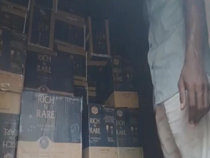 पटना सिटी में पुलिस ने छापेमारी कर बरामद किया 200 से अधिक विदेशी शराब का कार्टून, ड्राइवर और खलासी गिरफ्तारी|पटना,Patna - Dainik Bhaskar
