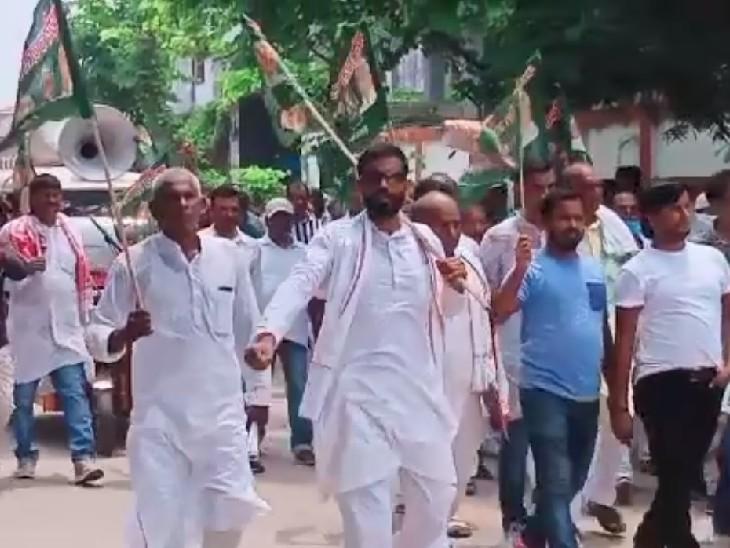बाढ़ में भी जातीय जनगणना को लेकर प्रदर्शन करते राजद कार्यकर्ता।