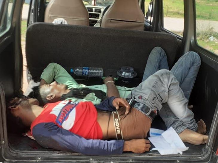 हादसे के बाद वाहन में दो युवकों के शव।
