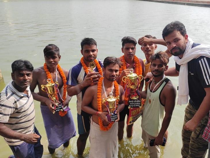 टोक्यो ओलिंपिक से प्रेरित होकर नोनहर गांव में आयोजित हुई तैराकी प्रतियोगिता, 90 प्रतियोगियों में बिक्रमगंज के गोलू ने मारी बाजी|रोहतास,Rohtas - Dainik Bhaskar
