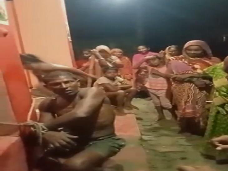 सहरसा में चोरी करते रंगेहाथ धराया चोर, ग्रामीणों ने पहले खंभे से बांधा, फिर जमकर धुनाई की|सहरसा,Saharsa - Dainik Bhaskar