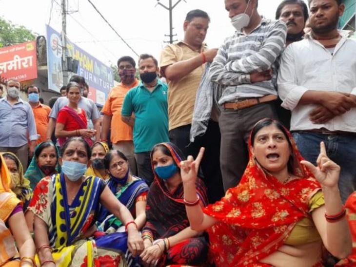 गुस्साएपरिजनों ने कोतवाली के सामने जाम लगाकर प्रदर्शन किया। - Dainik Bhaskar