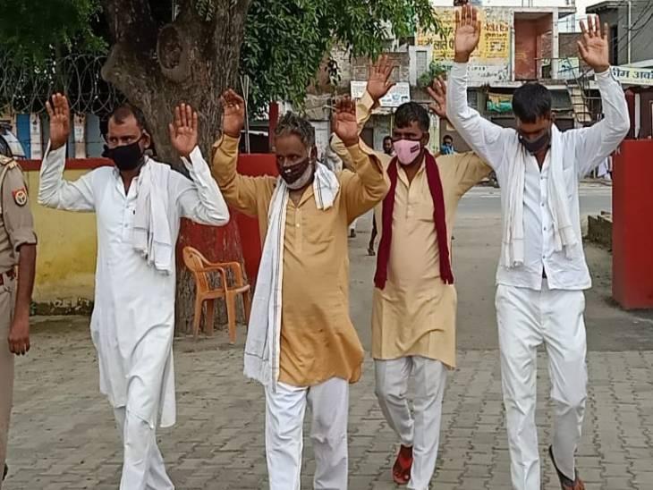 पुलिस ने आत्मसमर्पण के बाद चारों को हिरासत में लेकर आगे की कानूनी कार्रवाई शुरू कर दी है। - Dainik Bhaskar
