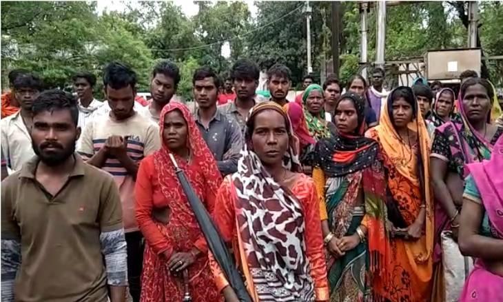 बेघर हुए आदिवासी परिवार को 5 दिन बाद भी राहत का इंतजार।
