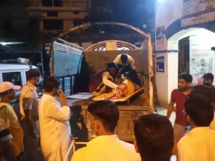 सड़क हादसे के बाद लोगों की भीड़। - Dainik Bhaskar