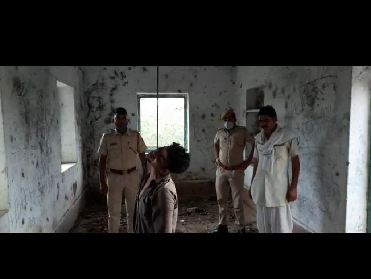 युवक के शव मिलने की सूचना के बाद मौके पर पहुंची पुलिस। - Dainik Bhaskar