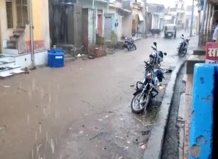 पावा में हो रही बरसात। - Dainik Bhaskar
