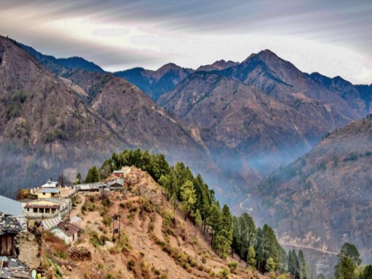 सांकरी गांव से खींचा गया सांकरी रैंज का शानदार दृश्य। केदारकांठा ट्रेक की शुरुआत यहीं से होती है। - Dainik Bhaskar