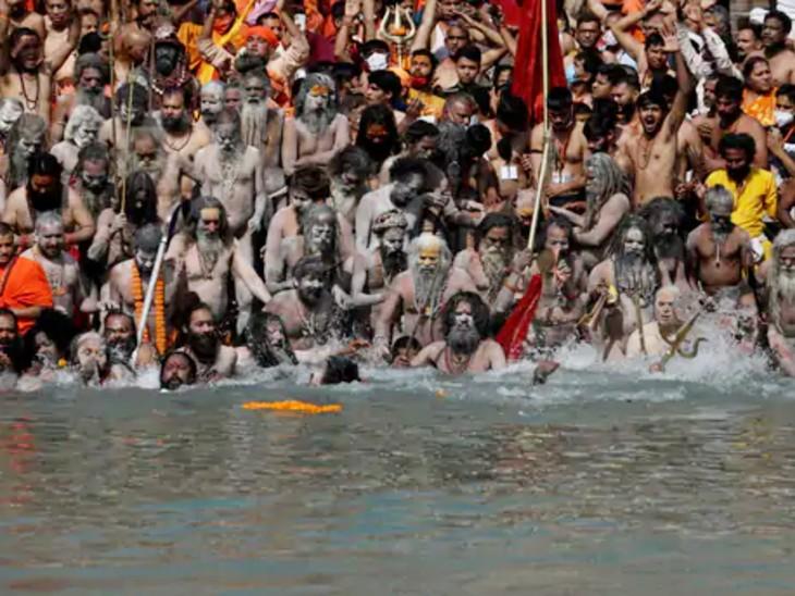 शाही स्नान के दौरान साधु-संतों समेत लाखों लोगों ने गंगा में डुबकी लगाई। इस दौरान दो हजार से ज्यादा लोग कोरोना से संक्रमित हो गए थे।