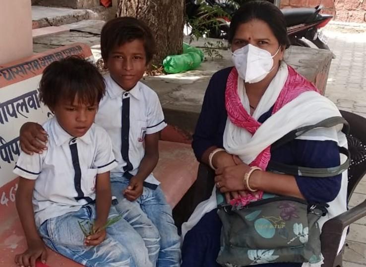 पत्नी की हत्या के आरोप में पिता जेल में बंद, दर-दर की ठोकरें खा रहे 5 भाइयों में से 2 की हुई मौत; 3 बच्चे पिता की तलाश में जेल के बाहर बैठे|नागौर,Nagaur - Dainik Bhaskar