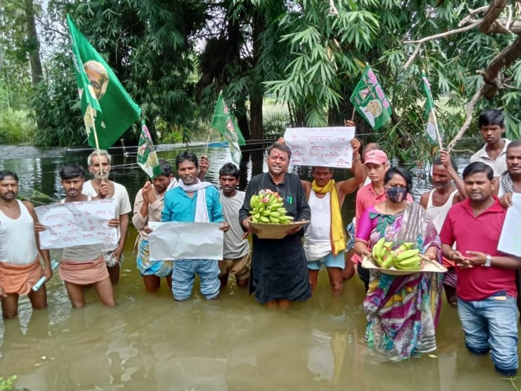 वैशाली के लोग बोले- हम अरघ देलीं तोहार, बाढ़ से बचावा ऐ छठी मइया... प्रशासन तो सुनता नहीं, अब आप ही सुन लीजिए|वैशाली,Vaishali - Dainik Bhaskar