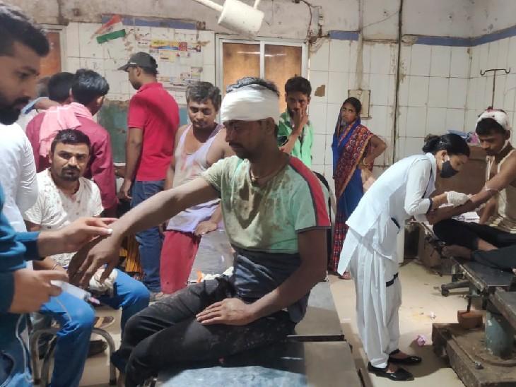 अस्पताल में इलाज करवाते घायल। - Dainik Bhaskar