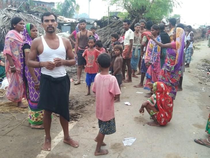 घटनास्थल पर उमड़ी स्थानीय लोगों की भीड़। - Dainik Bhaskar