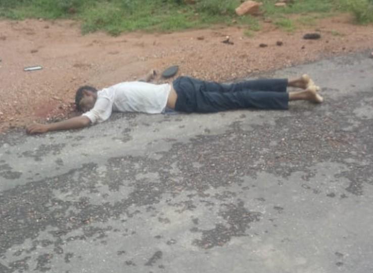 सड़क किनारे पड़ी युवक की लाश।