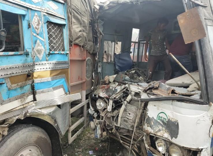 लाडनू से अजमेर जा रही रोडवेज बस और वापी से हिमाचल जा रहे ट्रक की आमने-सामने भिड़ंत; गंभीर घायल बस ड्राइवर और कंडक्टर अजमेर रेफर|नागौर,Nagaur - Dainik Bhaskar