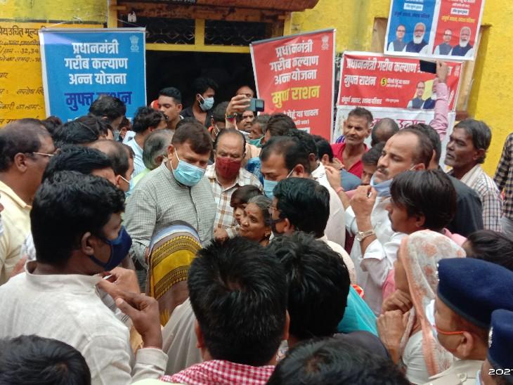 राशन की दुकान पर लोगों ने प्रभारी मंत्री प्रद्युम्न सिंह तोमर को घेर लिया - Dainik Bhaskar