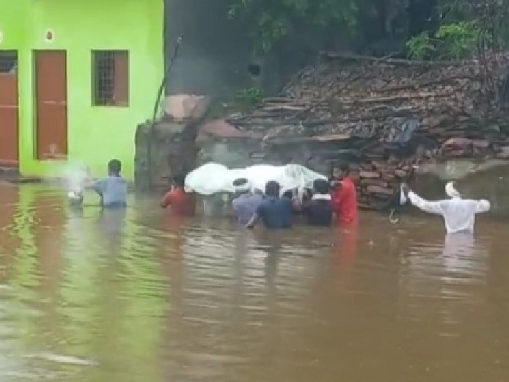 कमर तक भरे पानी में निकाली गई शव यात्रा; लबालब भरी थी सड़कें, 3 घंटे तक पानी कम नहीं हुआ तो ऐसे ही ले गए शव गुना,Guna - Dainik Bhaskar