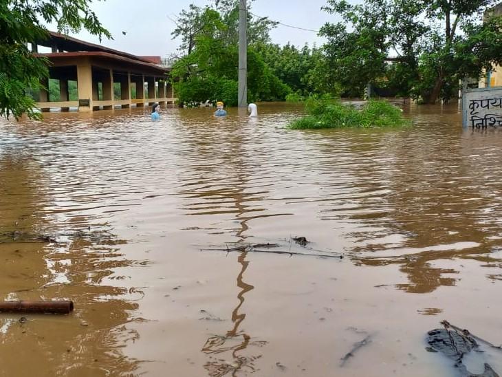 गांवों में भरा पानी। - Dainik Bhaskar
