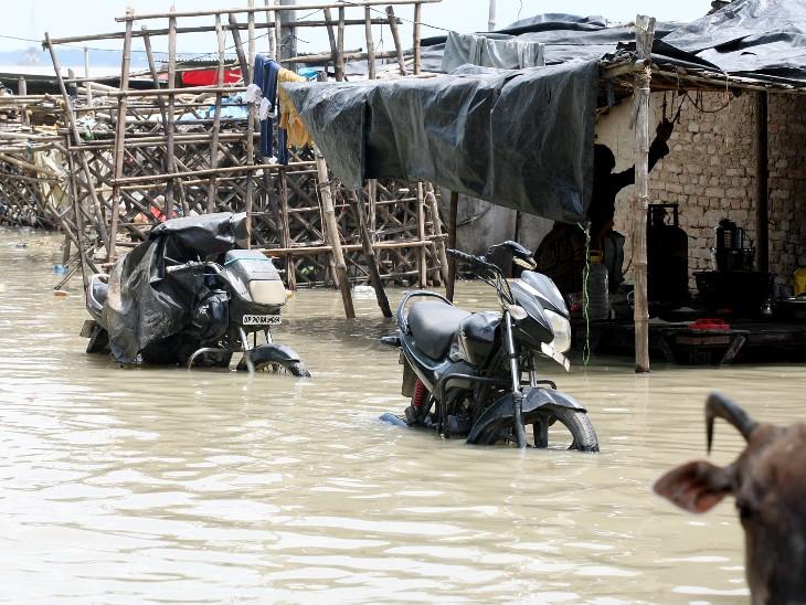 प्रयागराज में शुक्रवार को हुई भारी बारिश के बाद गंगा में बाढ़ आने से सड़कें डूब गईं।