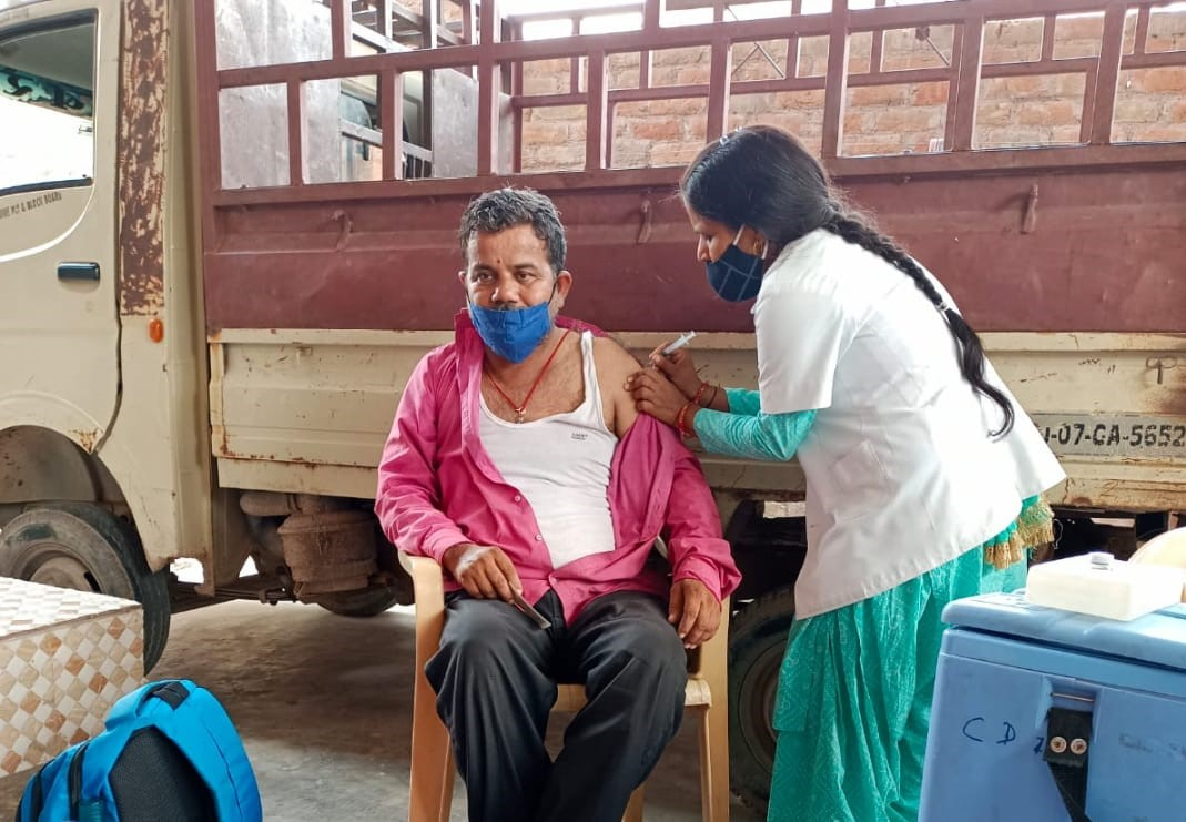 गांवों में घर घर वैक्सीन लगाई जा रही है। - Dainik Bhaskar