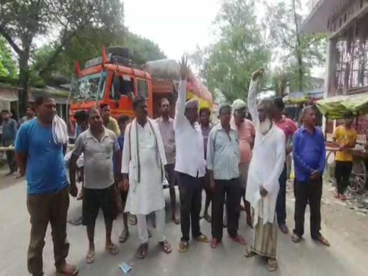 बाढ़ से तबाही झेल रहे लोगों ने किया सड़क जाम, आक्रोशित लोगों ने कहा- मरीजों को अस्पताल ले जाने में हो रही परेशानी, प्रशासन नहीं ले रहा कोई सुध|वैशाली,Vaishali - Dainik Bhaskar