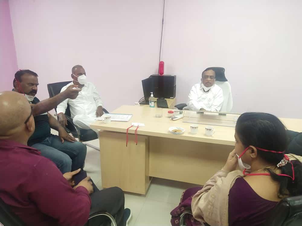 MLA मेवाराम जैन जिला अस्पताल में प्राचार्य, पीएमओ और डॉक्टरों के साथ मीटिग करते हुए।