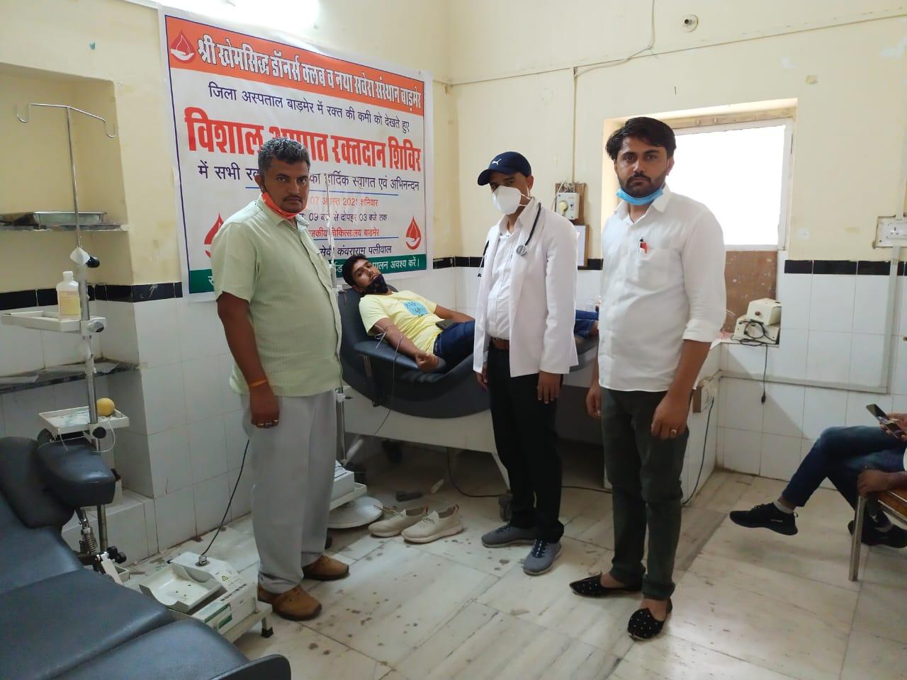 बाड़मेर जिला अस्पताल में ब्लड बैंक स्टॉक खत्म होने पर युवाओं ने 51 यूनिट रक्तदान किया|बाड़मेर,Barmer - Dainik Bhaskar