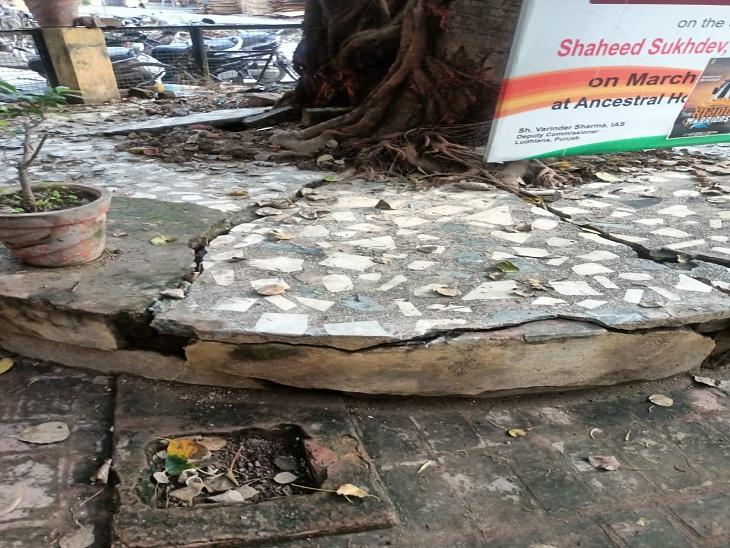 चूहों द्वारा बनाई गई शहीद सुखदेव के घर की हालत।
