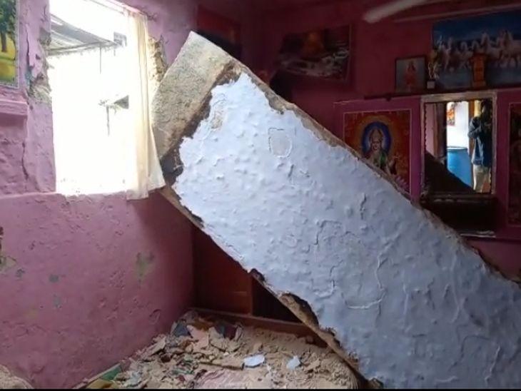 छत से गिरी पट्टी। - Dainik Bhaskar