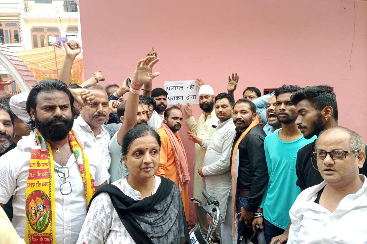 मुरादाबाद के 81 हिंदू परिवारों ने पलायन के पोस्टर उतारकर पराक्रम के पोस्टर लगाए हैं।