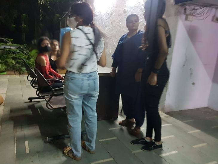 12वीं पास होने की खुशी में पार्टी कर लौट रही थीं, नशे में ब्रेक की जगह दबा दिया एक्सीलेटर; डिवाइडर फांदकर कार डिलीवरी बॉय पर चढ़ी|इंदौर,Indore - Dainik Bhaskar