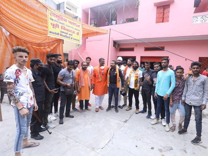 मुरादाबाद में 81 हिंदू परिवारों ने पलायन के पोस्टर हटाकर अब पराक्रम के पोस्टर लगाए हैं।