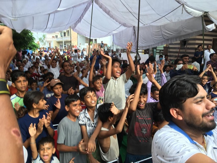 नीरज चोपड़ा घर के बाहर लगी स्क्रीन में मैच देखकर उनकी जीत का जश्न मनाते लोग।