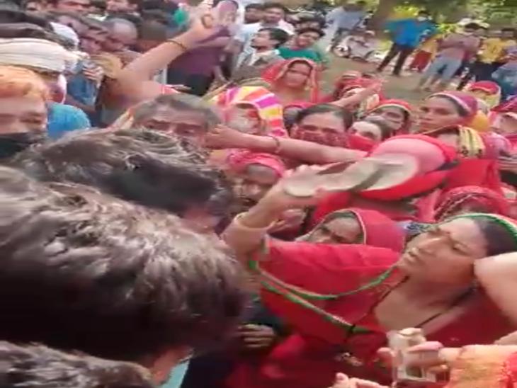 भीड़ में चप्पल बरसाती महिला - Dainik Bhaskar