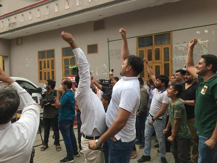 नीरज चोपड़ा की जीत के बाद उनके गांव में लोग खुशी से नाच उठे।