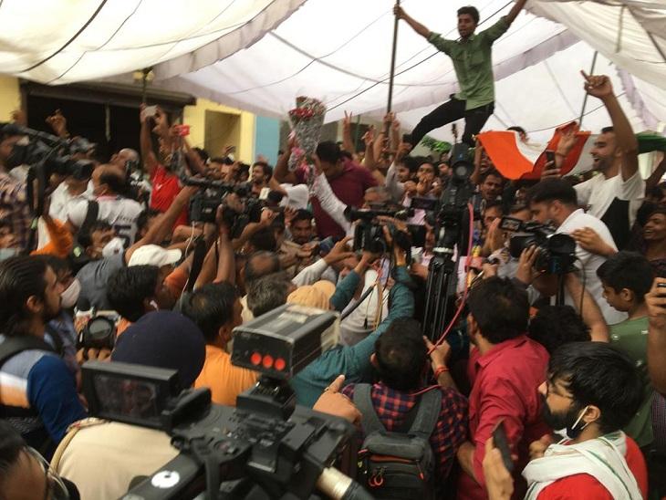 नीरज चोपड़ा के गोल्ड मेडल जीतने पर गांव में जश्न मनाते लोग।