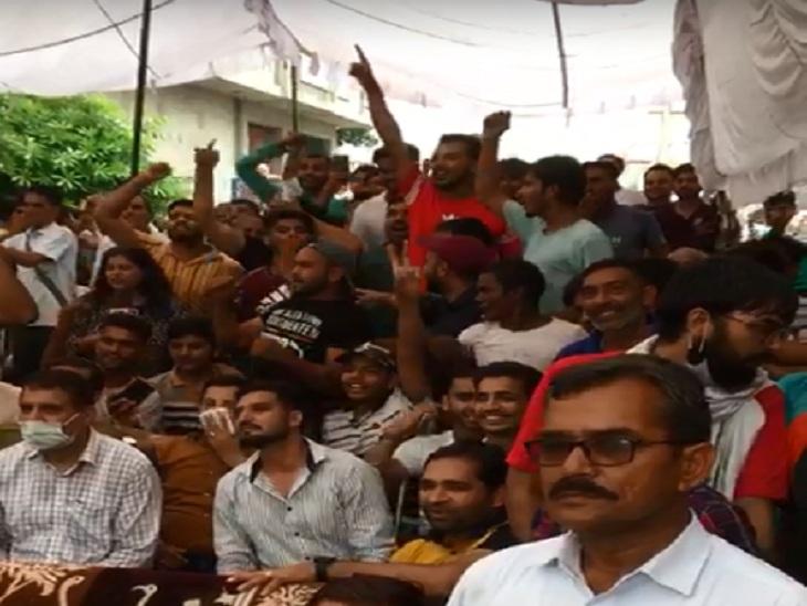 नीरज चोपड़ा के घर के बाहर लगी स्क्रीन में मैच देखते उनके परिजन व गांव के लोग।