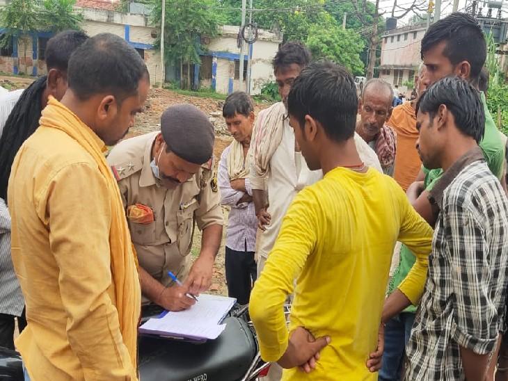 पोस्टमार्टम करवाने अस्पताल पहुंचे परिजन। - Dainik Bhaskar