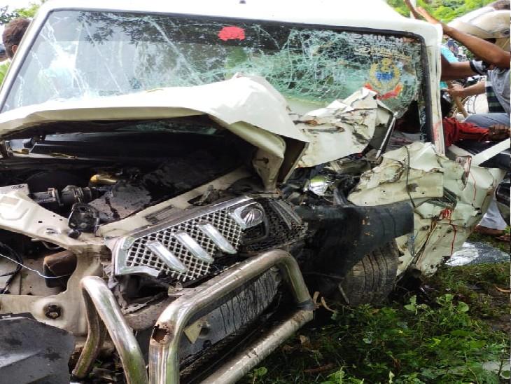 वैक्सीन लगवाकर स्कार्पियो से घर लौट रहे थे चार लोग, अनियंत्रित होकर पेड़ से टकराई गाड़ी; एक की हालत गंभीर|कैमूर,Kaimur - Dainik Bhaskar