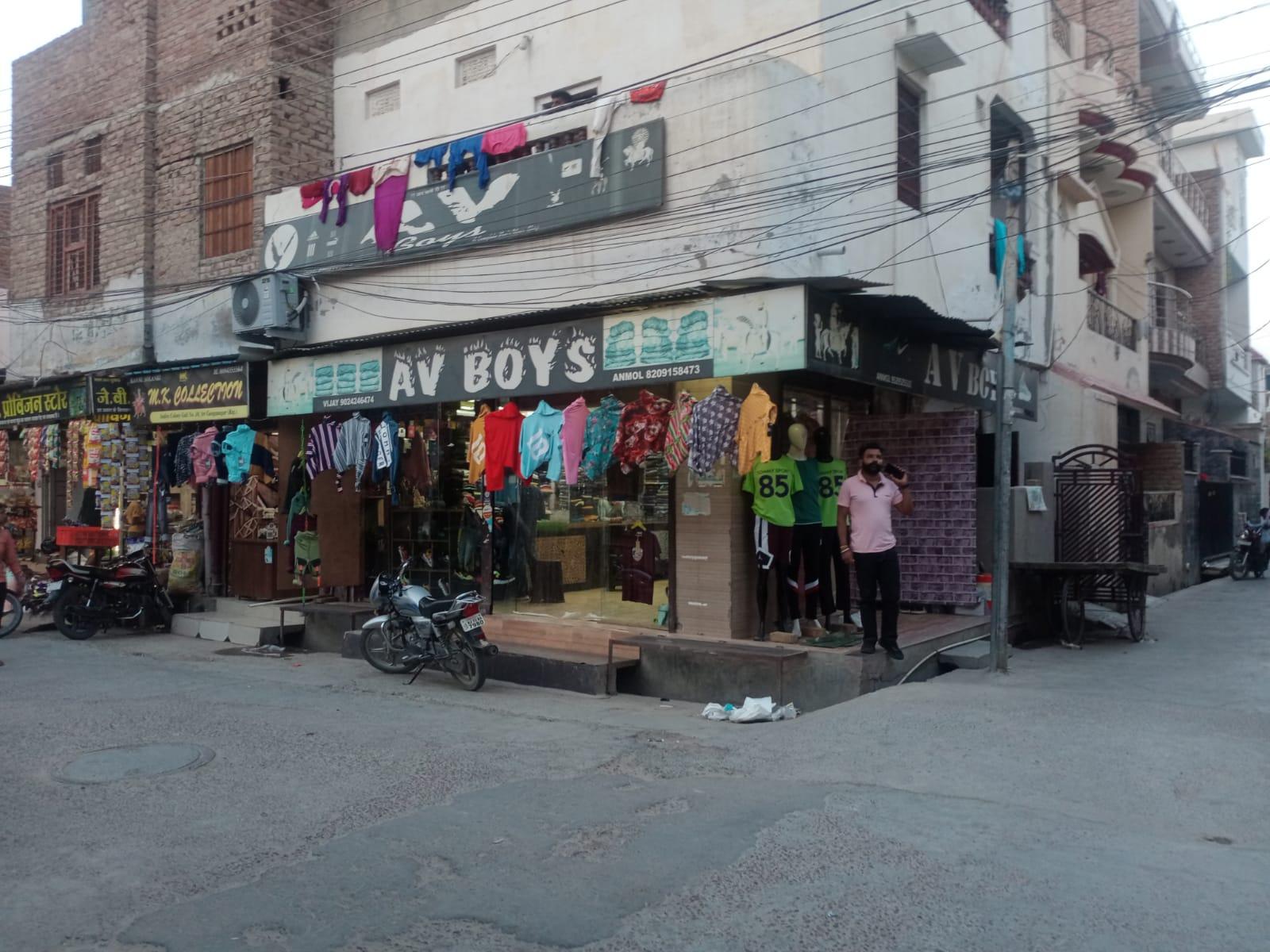इंदिरा कॉलोनी की गली संख्या दस में दुकान जहां युवक पर हमला किया गया। - Dainik Bhaskar