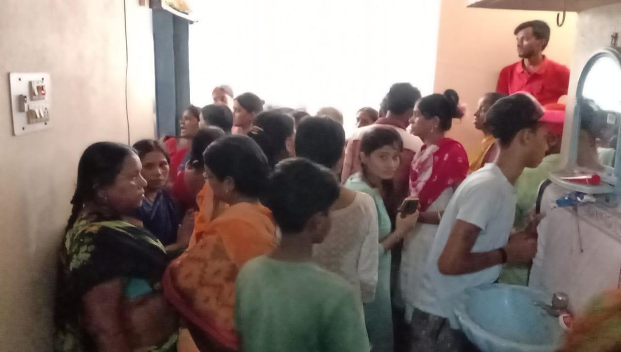घटनास्थल पर उमड़ी स्थानीय लोगों की भीड़।