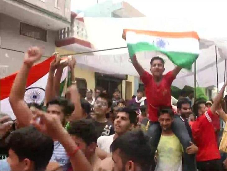 नीरज चोपड़ा की जीत पर उनके गांव में जश्न मनाते लोग।