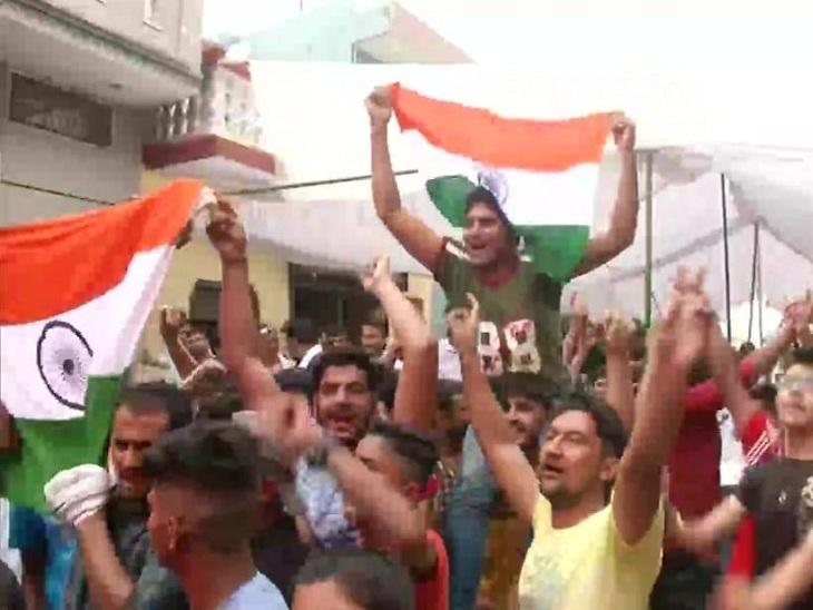 नीरज का मैच पूरे गांव ने एक साथ देखा और उनकी जीत से हर कोई झूम उठा।