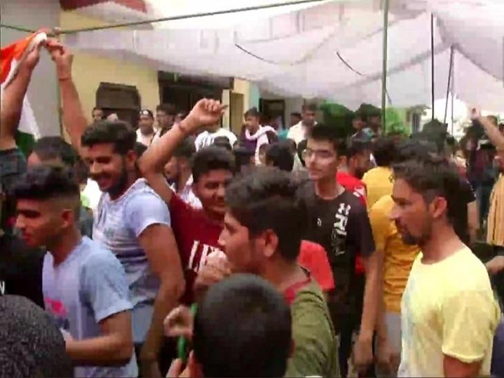 नीरज चोपड़ा के घर के बाहर जमा युवाओं व बच्चों की भीड़।
