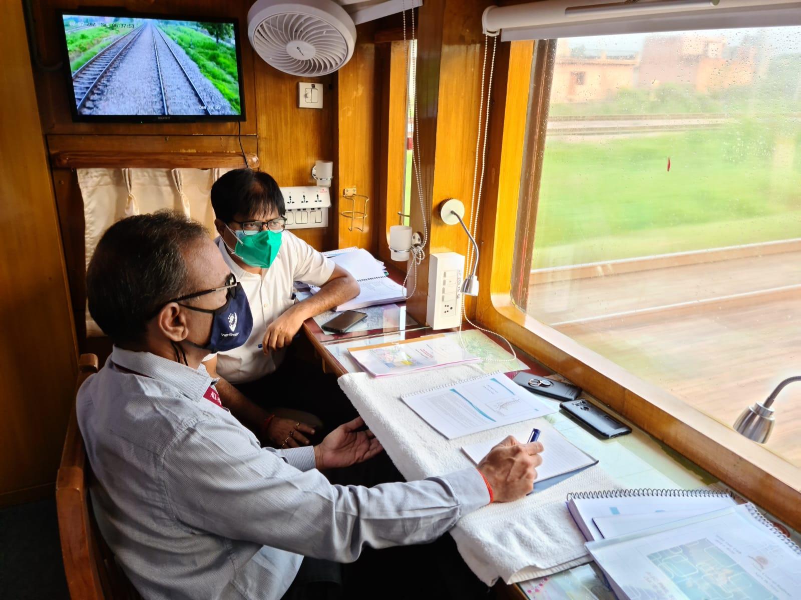 विंडो ट्रेलिंग से निरीक्षण करते उत्तर मध्य रेलवे के महाप्रबंधक प्रमोद कुमार - Dainik Bhaskar