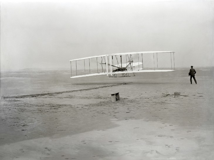 1903 में अपने विमान की पहली सफलतापूर्वक उड़ान के दौरान राइट ब्रदर्स।