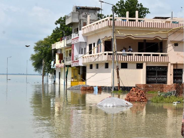 प्रयागराज में बाढ़ से हालात बिगड़ गए हैं।