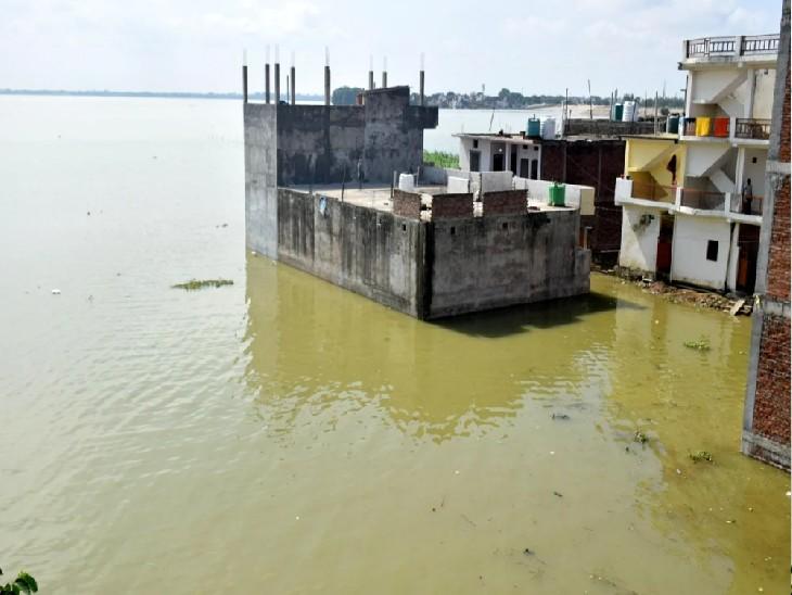गंगा के जलस्तर बढ़ने से डूबा मोहल्ला।