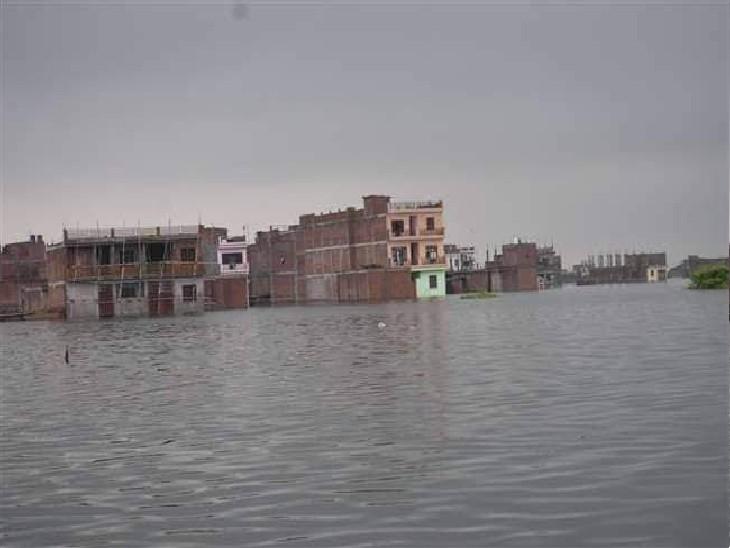 छोटा बघाड़ा में नदी का पानी मकानों में घुस गया है।